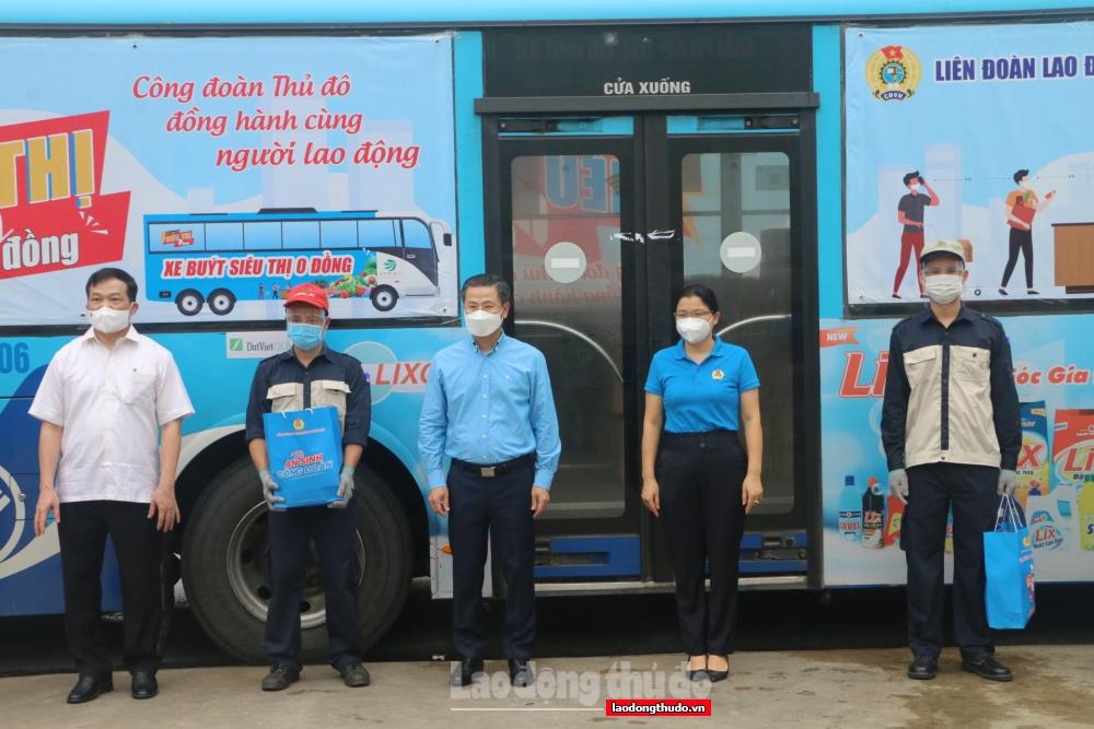 Chủ tịch Liên đoàn Lao động thành phố Hà Nội Nguyễn Phi Thường trao quà hỗ trợ cho người lao động bị ảnh hưởng bởi dịch Covid-19