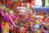 Đỏ rực đồ chơi truyền thống trên phố Hàng Mã