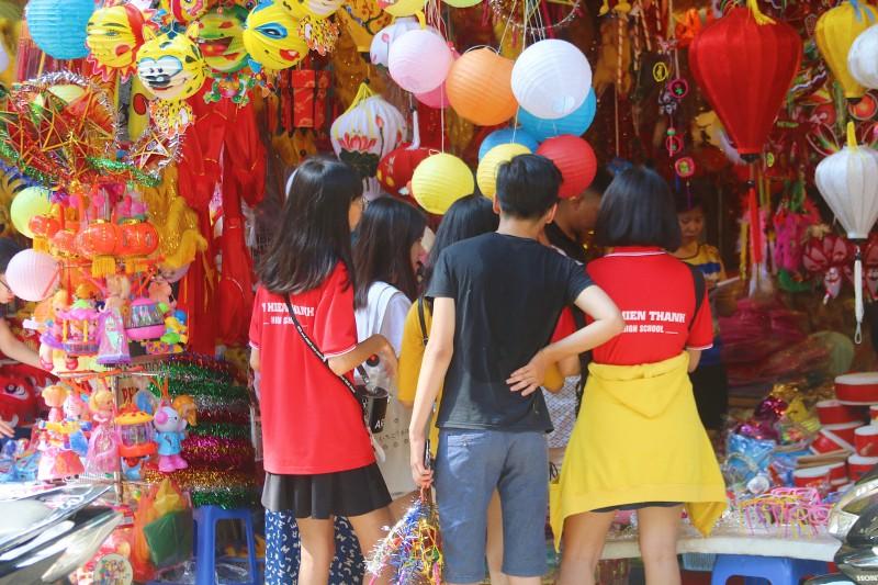 do ruc do choi truyen thong tren pho hang ma