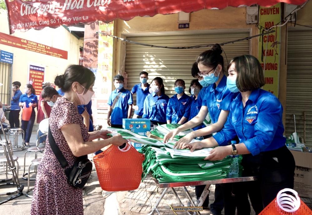 Người dân Hà Nội hào hứng đến chợ nhận làn, túi thân thiện môi trường