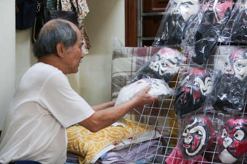 Người lưu giữ nghệ thuật tuồng cổ vào chiếc mặt nạ giấy bồi