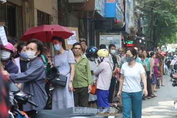 Người dân xếp hàng dài chờ mua bánh Trung thu truyền thống