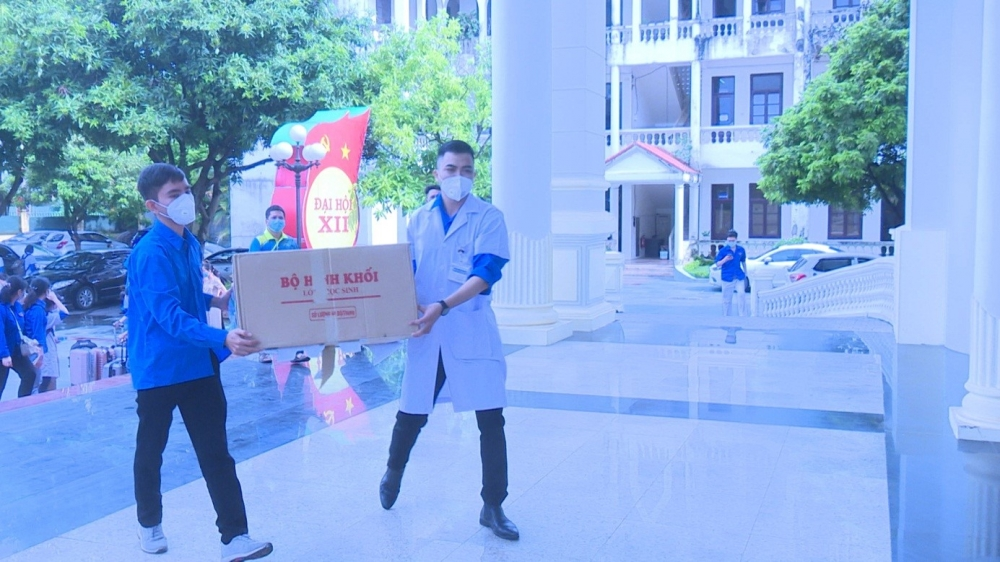 """Đoàn y, bác sĩ tỉnh Thái Nguyên """"chia lửa"""" cùng lực lượng y tế huyện Sóc Sơn triển khai tiêm vắc xin và xét nghiệm diện rộng"""