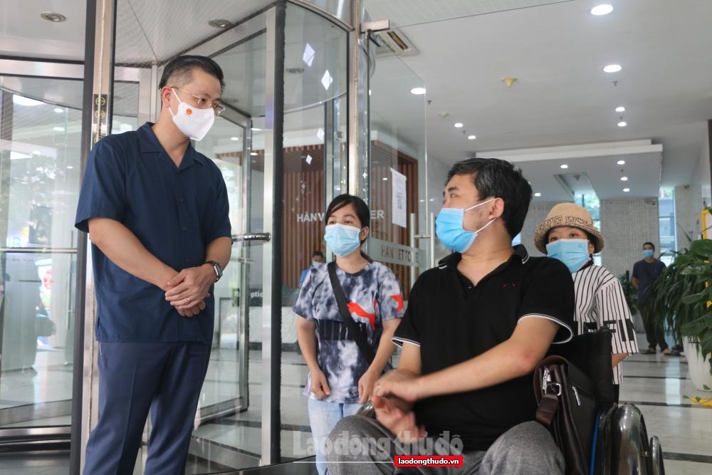 Chủ tịch LĐLĐ thành phố Hà Nội trao 1.000 ''Túi An sinh Công đoàn'' tới người lao động quận Hai Bà Trưng