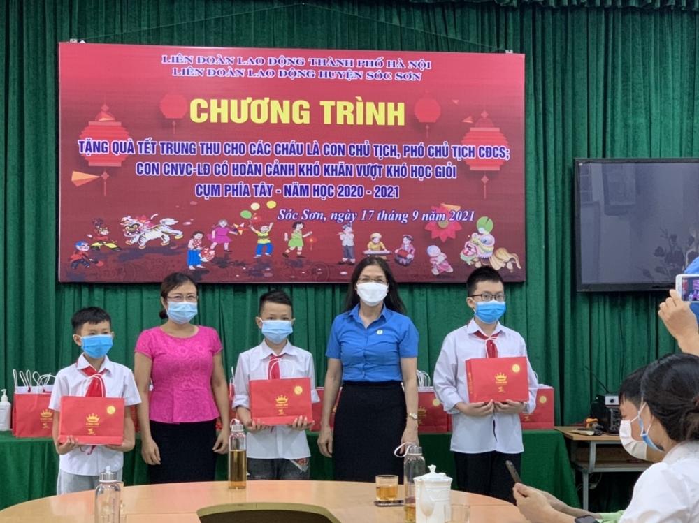 LĐLĐ huyện Sóc Sơn tặng quà cho con của đoàn viên, người lao động có hoàn cảnh khó khăn