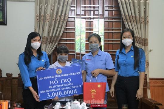 LĐLĐ thành phố Hà Nội trao kinh phí hỗ trợ mua máy tính cho con công nhân, viên chức, lao động