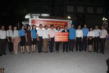 Gần 2000 bộ bàn ghế được trao cho các trường khó khăn của Hà Nội