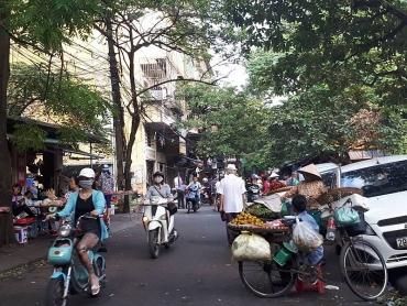 Họp chợ trong khu dân cư, hàng rong tràn lòng đường