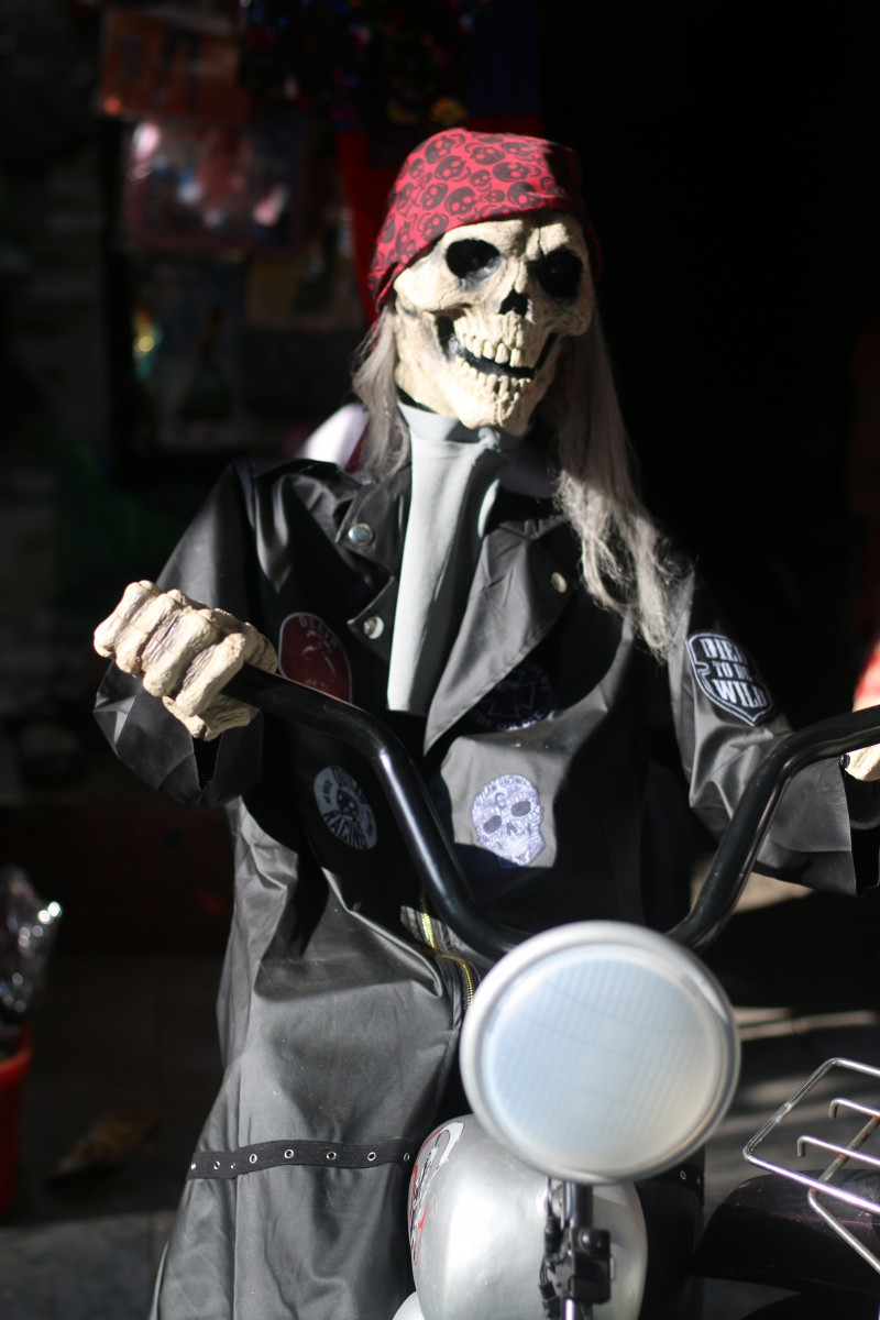 Không khí 'ma mị' trước lễ Halloween trên phố đồ chơi lớn nhất Hà Nội