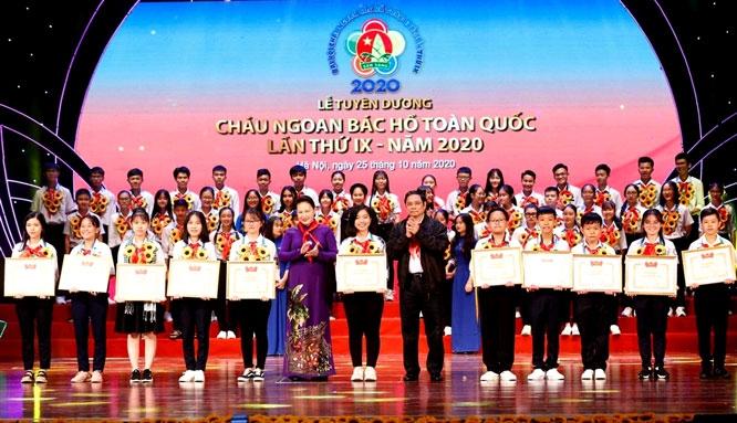 """Những """"bông hoa nghìn việc tốt"""" tại Lễ tuyên dương cháu ngoan Bác Hồ toàn quốc"""