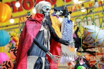 Phố đồ chơi lớn nhất Hà Nội nhộn nhịp mùa lễ hội Halloween