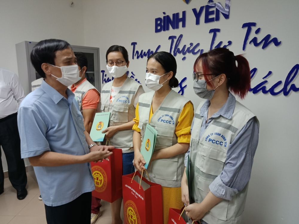 Trao 200 triệu đồng hỗ trợ người lao động quận Thanh Xuân khó khăn do Covid-19