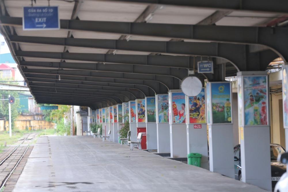 Người dân phấn khởi đến ga Hà Nội trong ngày đầu tiên bán vé trở lại