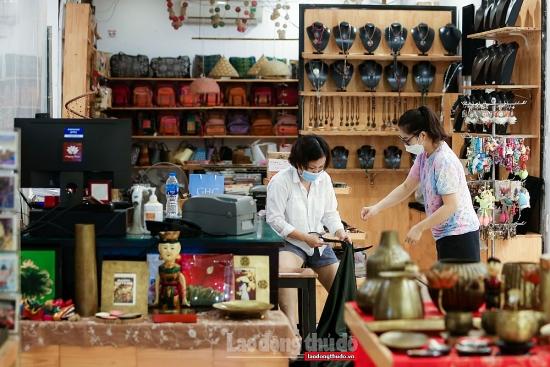 """Ế ẩm kéo dài, cửa hàng lưu niệm ở phố cổ Hà Nội """"ngóng"""" khách"""
