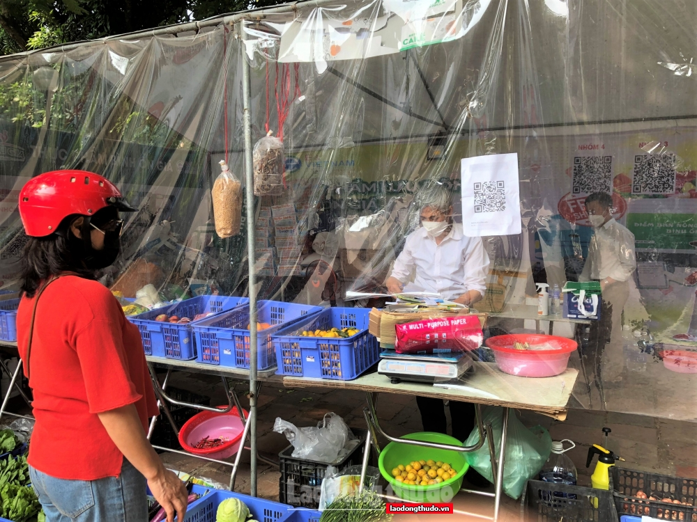 Gian hàng đổi chai nhựa, vỏ lon... lấy rau, củ, quả tại Hà Nội