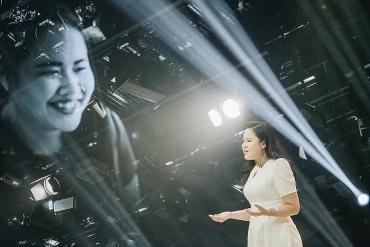 """Hành trình """"vượt bóng tối"""" thành MC truyền hình của cô gái khiếm thị"""