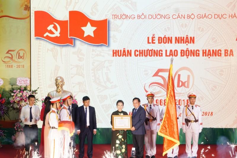 Trường Bồi dưỡng cán bộ giáo dục Hà Nội đón nhận Huân chương Lao động hạng Ba