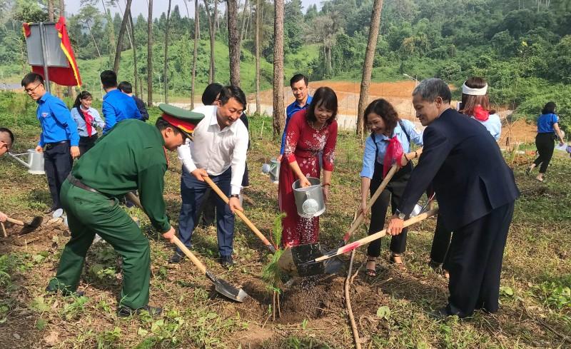 300 thanh niên Thủ đô báo công, trồng cây tại Khu di tích K9
