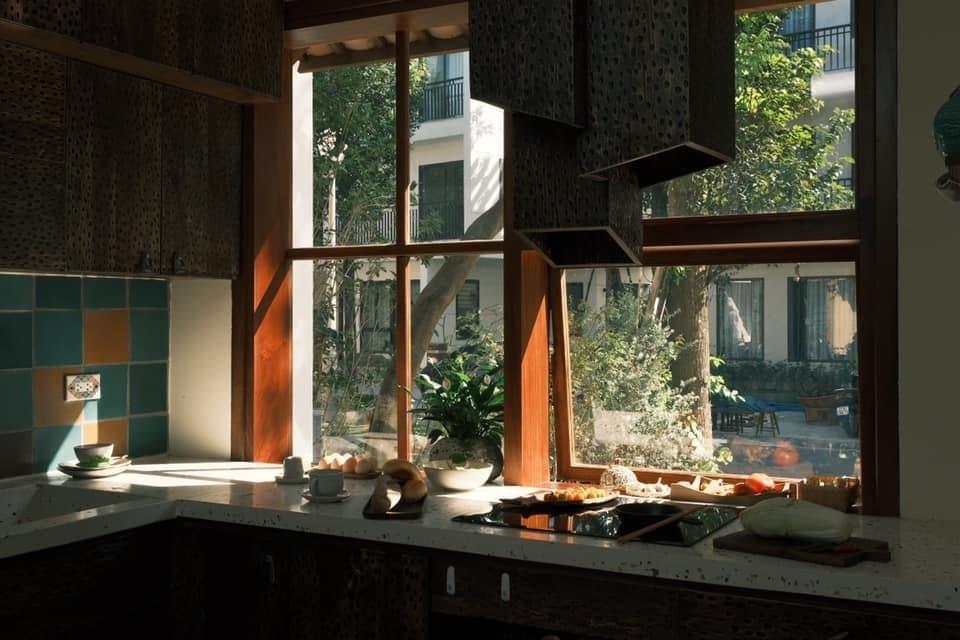 Căn nhà đẹp bất ngờ dù nội thất được làm từ gỗ cháy