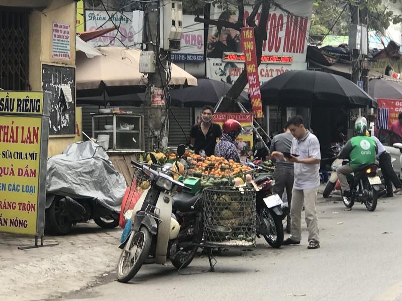 Người dân bức xúc vì chợ cóc, hàng rong ngổn ngang lòng đường