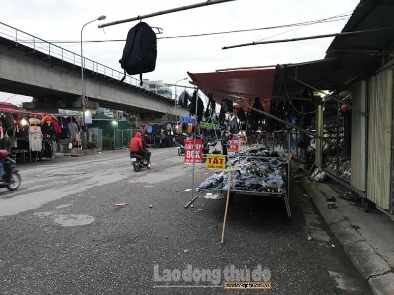 Chợ tạm chắn cầu, cản trở giao thông