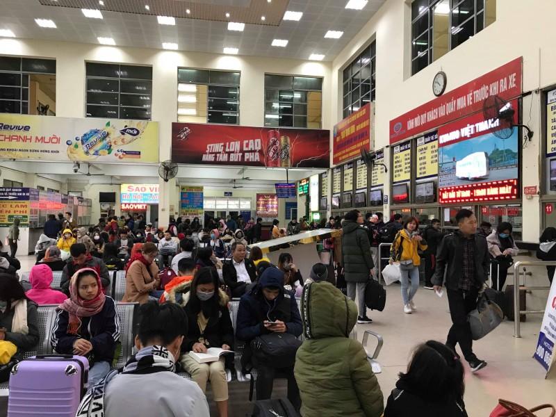 Bến xe Hà Nội 'giảm nhiệt' trong ngày đầu tiên nghỉ lễ