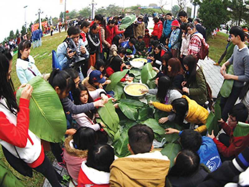 goi banh chung xanh cung nguoi ngheo an tet nam 2017