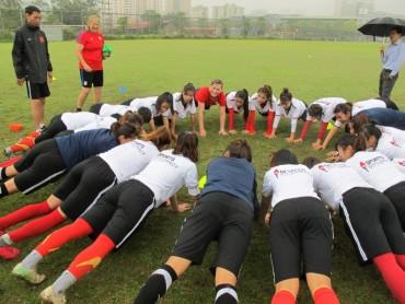 Chuyên gia người Mỹ huấn luyện cho cầu thủ nữ Hà Nội