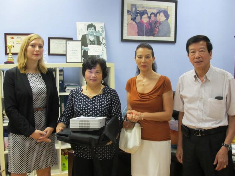 Bà Đỗ Thúy Lan - GĐ Trung tâm Sao Mai (thứ 2 từ trái sang) tiếp nhận quà tặng từ đại diện Đại sứ quán Đức tại Việt Nam. Ảnh: L.Q.V