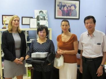 Đại sứ quán Đức tặng Trung tâm Sao Mai thiết bị hỗ trợ giáo dục