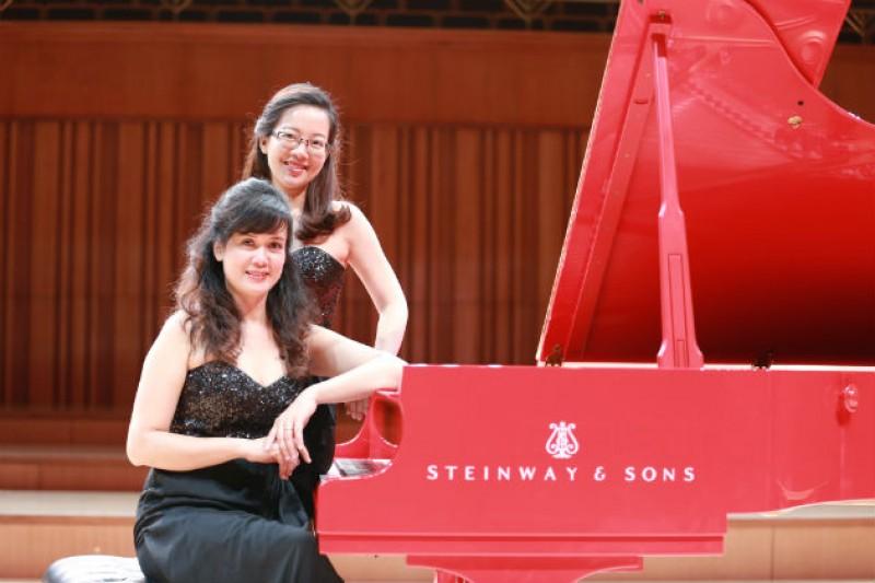 Song tấu piano Mây trình diễn nhạc cổ điển