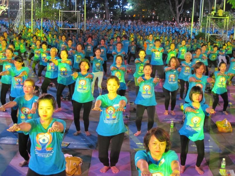 """Đông đảo người dân Thủ đô tham dự """"Ngày Quốc tế Yoga"""" lần 3"""