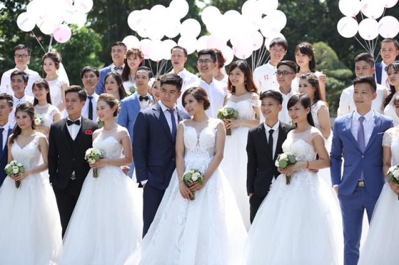 Hơn 50 cặp uyên ương chụp ảnh cưới tập thể tại Hà Nội và TP.Hồ Chí Minh