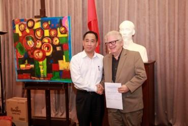 Cựu Đại sứ Hy Lạp tặng tranh cho Bảo tàng Mỹ thuật Việt Nam