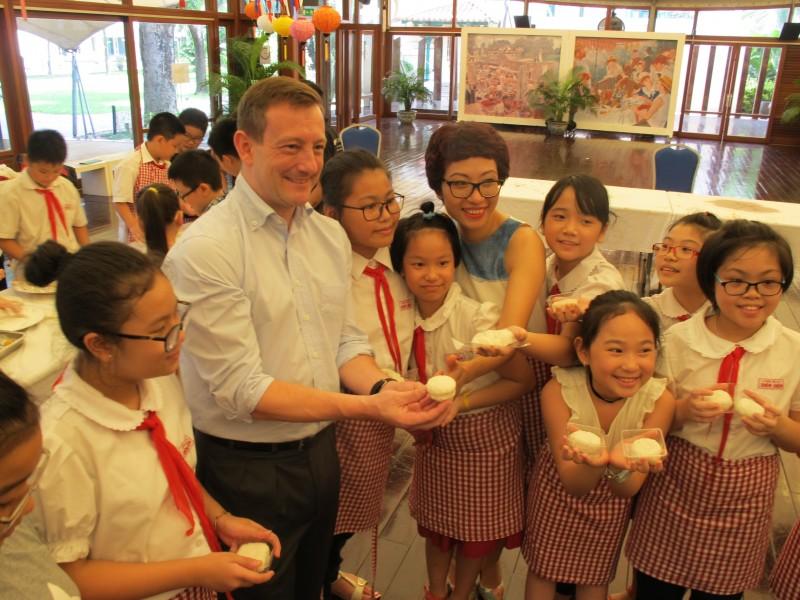 Đại sứ Pháp vui Tết Trung thu sớm cùng học sinh Hà Nội