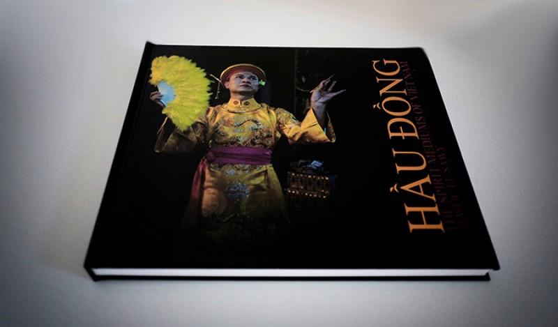 Nhiếp ảnh gia Mỹ ra sách về phong tục Hầu đồng