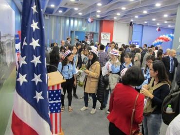 Người dân Hà Nội theo dõi trực tiếp kết quả Bầu cử Tổng thống Hoa Kỳ