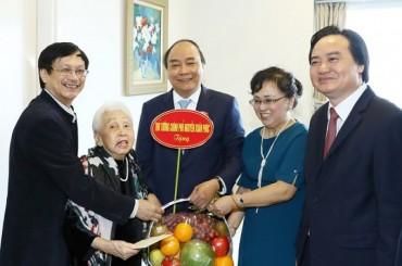 Thủ tướng Nguyễn Xuân Phúc thăm nghệ sĩ, nhà giáo Thái Thị Liên