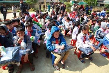 Chia sẻ với học sinh nghèo vùng cao Hòa Bình đón năm mới