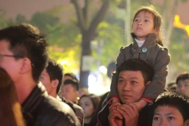 """Ngắm khoảnh khắc """"cha kiệu con"""" đón năm mới giữa biển người Hà Nội"""