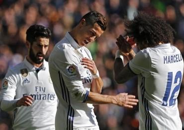 Real Madrid thắng hủy diệt, Barcelona bị đá bay khỏi tốp 2