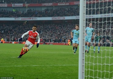 Thắng kịch tính phút bù giờ, Arsenal leo lên nhì bảng!