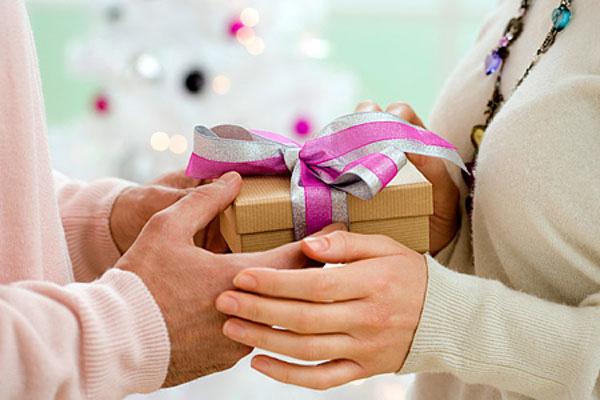 'Lộn tiết' vì món quà chồng dành tặng cô bạn thân trong ngày cưới