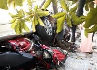 """Nữ tài xế lùi ôtô """"như bay"""" vào quán cà phê, 4 xe máy bị cuốn vào gầm"""