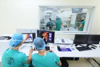 Lần đầu Việt Nam thay xương chậu nhân tạo bằng titan thành công