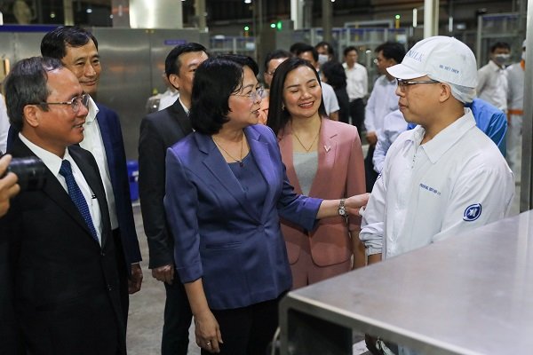 Phó Chủ tịch nước thăm hỏi, động viên công nhân nhà máy sữa trong những ngày trước Tết