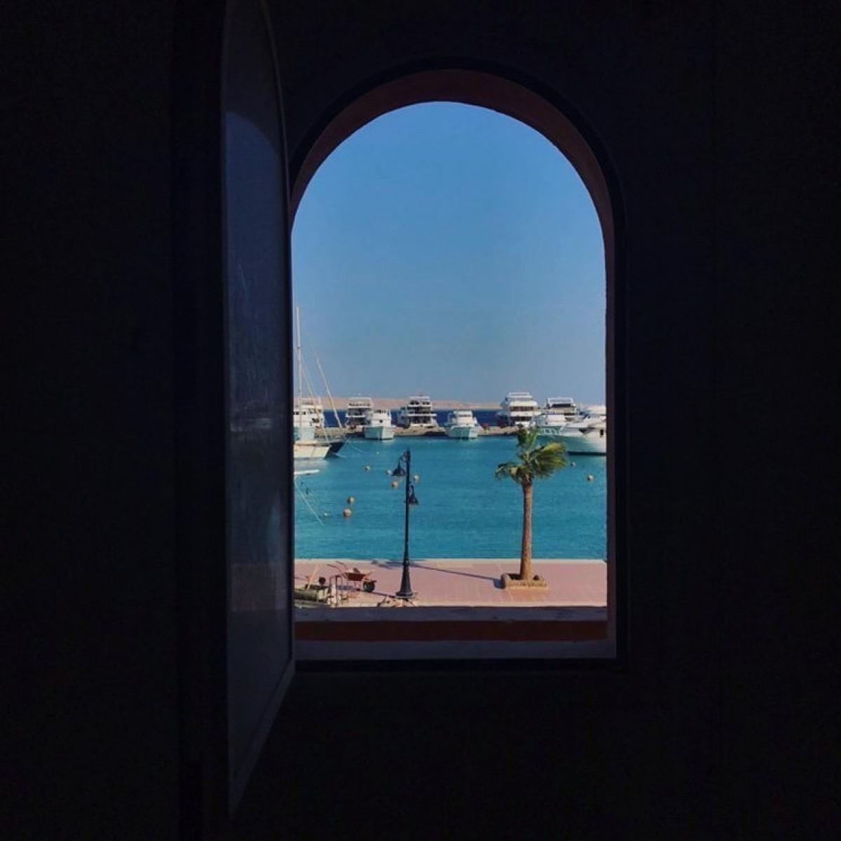 Khung cửa sổ tại New Marina, Hurghada, Ai Cập. Nguồn: windowswap