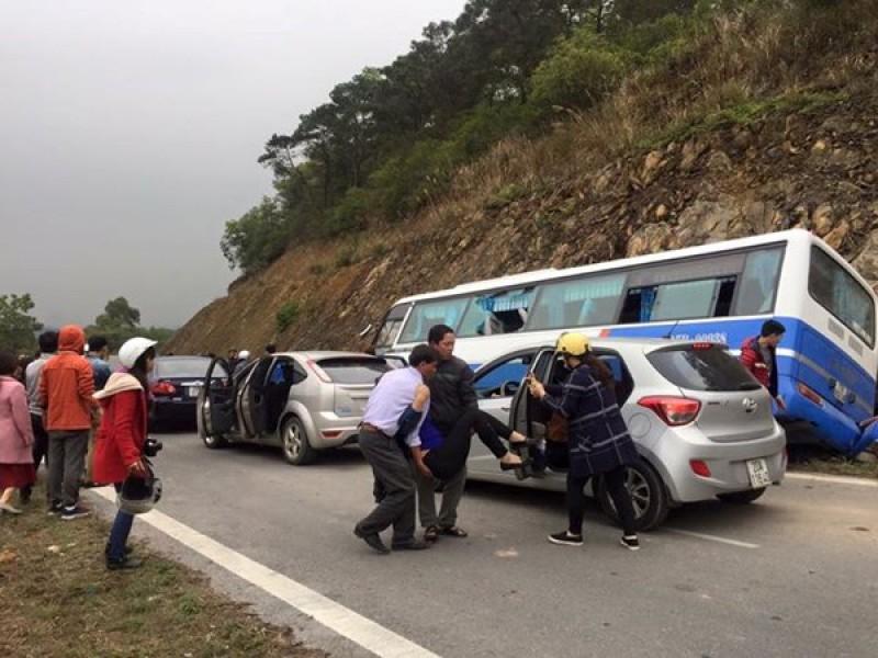 Xe ô tô mất lái đâm vào vách núi khiến nhiều người thương vong