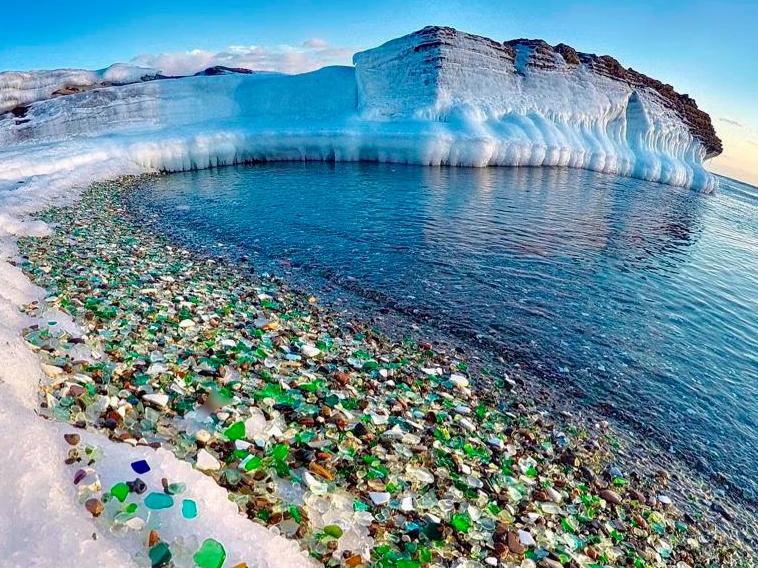 Hàng triệu mảnh chai thủy tinh bị vứt xuống biển bất ngờ tạo ra một thiên đường