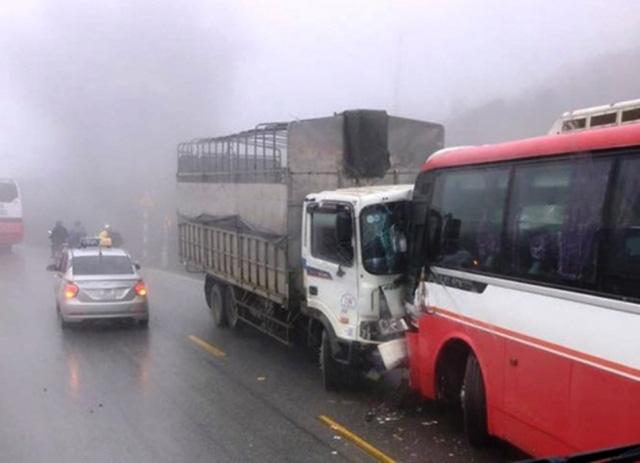 Hai ô tô khách chở học sinh, sinh viên Hà Nội đi du lịch gặp nạn